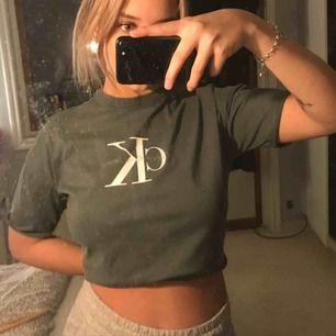 Så himla fin calvin Klein t shirt i en fin diskret grön färg. Strl Xs, ganska boxig i modellen men går även att vika upp/croppa om man vill! ❤️