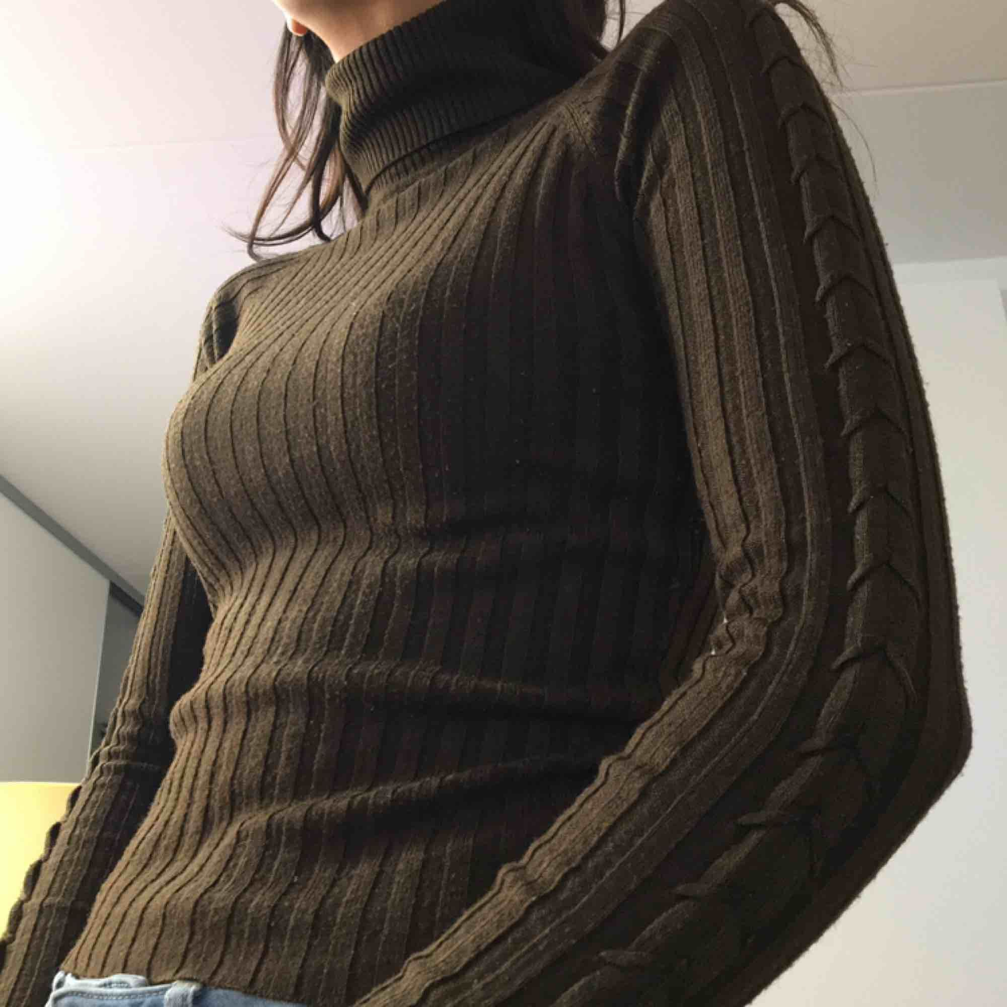 Stretchig brun turtleneck i 80% Akryl och 20% Elestan-polyester.  (っ◔◡◔)っ MÅTT: Byst: minst 29cm, högst 42cm Längd: 47cm Ärm: 67cm. Tröjor & Koftor.