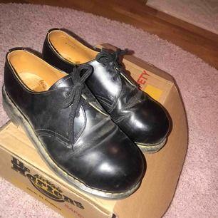 Snygga original Dr Martens i modellen 1461 vintage. Moderna skor som passar till alla tillfällen. Finns smått slitage men i välbehåll! Säljer pga använder inte tillräckligt ofta, köptes för 1200kr. Frakt tillkommer.