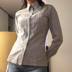 Randig skjorta från The Shirt Factory designad av Linnea Braun i 100% Bomull.  (っ◔◡◔)っ MÅTT: Byst: 43cm Längd: 62cm Ärm: 61cm
