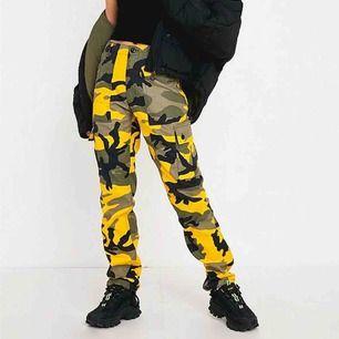 💫 Superfina militärbyxor från Urban Outfitters, använda ett fåtal gånger, märkta som storlek 30 i midjan, uppskattas till S/M. Tjockt rejält tyg. Köparen står för frakt, betalas via Swish 💫
