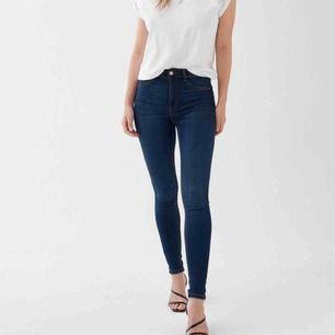 Molly high waist jeans, använda ca 2-3 ggr. Säljer pga de har blivit för små! Skickar gärna fler bilder. Gratis frakt💕