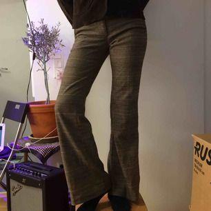 Rutiga tjocka bootcut byxor i 63% Polyester, 35% Viskos och 2% Elestan.  (っ◔◡◔)っ MÅTT: Midja: 40cm Ytterbenslängd: 94cm Innerbenslängd: 79cm