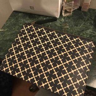 Sjuuukt fin clutch från By Malene Birger! Snygg, trendig och lyxig. Används aldrig så säljer billigt eftersom att det fortfarande finns användning för den! Billig frakt