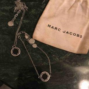Sjuuukt fina smycken från Marc By Marc Jacobs! Trendigt, stilrent och snyggt. Halsbandet ät köpt för 899:- och armbandet för 749:- båda på NK i Göteborg. Används aldrig och kan inte hitta en enda repa på dem! 🥰 buda, kan gå ner i pris vid snabb affär!