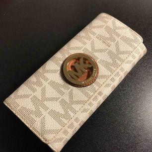 Rymlig äkta Michael Kors plånbok (får plats en Iphone +) Sparsamt använd, några fåtal repor på metalldetaljer annars väldigt bra skick!!  Ursprungspris ca 1400kr Kan tänkas gå ner i pris vid snabb affär! :)