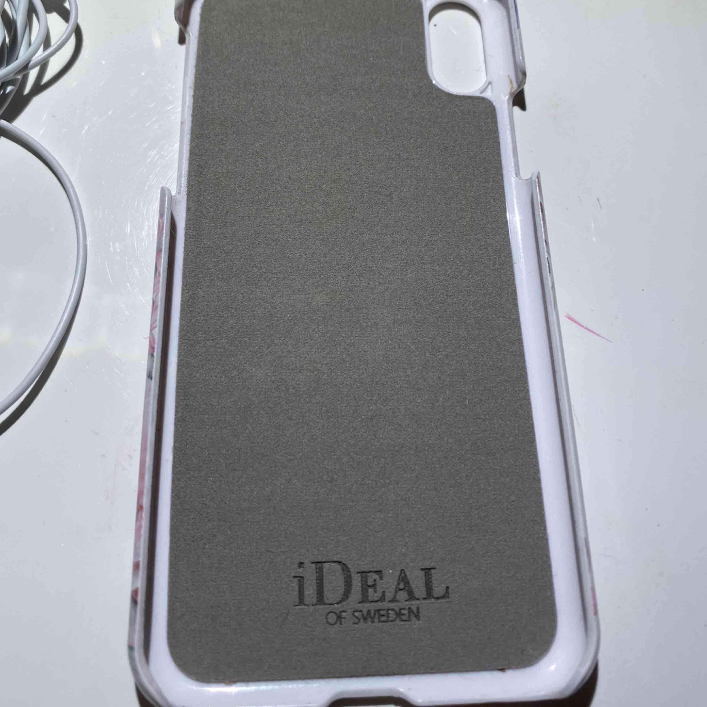 Ett Ideal of Sweden skal för IPhone X. Knappt använt. Lite repigt av att ha legat i fickor och väskor, annars helt som nytt. Pris kan diskuteras. Frakt får köparen stå för. Kan även mötas upp i Uppsala. Tar kontant eller Swish <3. Övrigt.