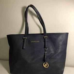 Säljer min Michael Kors Tote Bag då jag inte har användning för den längre. Bra skick förutom några repor på metalldetaljen.  Köptes för ca 3000kr, Kan gå ner i pris vid snabb affär! :)