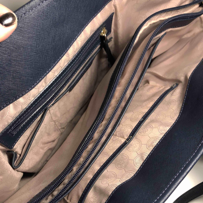 Säljer min Michael Kors Tote Bag då jag inte har användning för den längre. Bra skick förutom några repor på metalldetaljen.  Köptes för ca 3000kr, Kan gå ner i pris vid snabb affär! :) . Väskor.