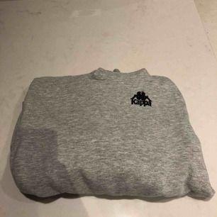 En riktigt fet kappa hoodie. Köptes för två-tre månader sedan. Väldigt skönt mjukis material på insidan. Kunden står för frakten :)