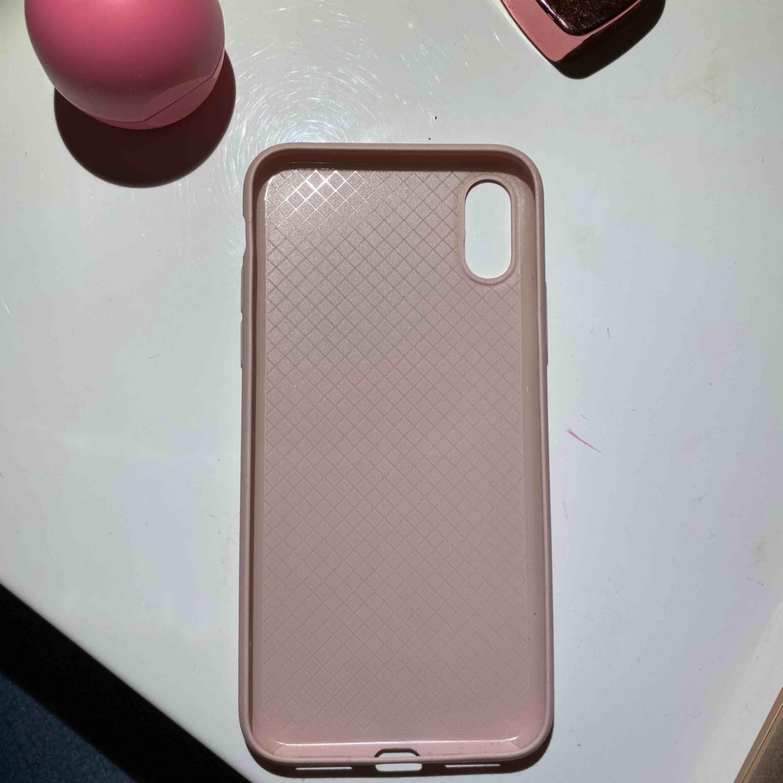 Ett rosa Holdit mobilskal för IPhone X i hård sillikon. Väldigt lite använt och ser i stort sätt nytt ut. Pris kan diskuteras. Köpare står för frakt. Kan även mötas upp i Uppsala. Tar kontant eller Swish <3. Övrigt.