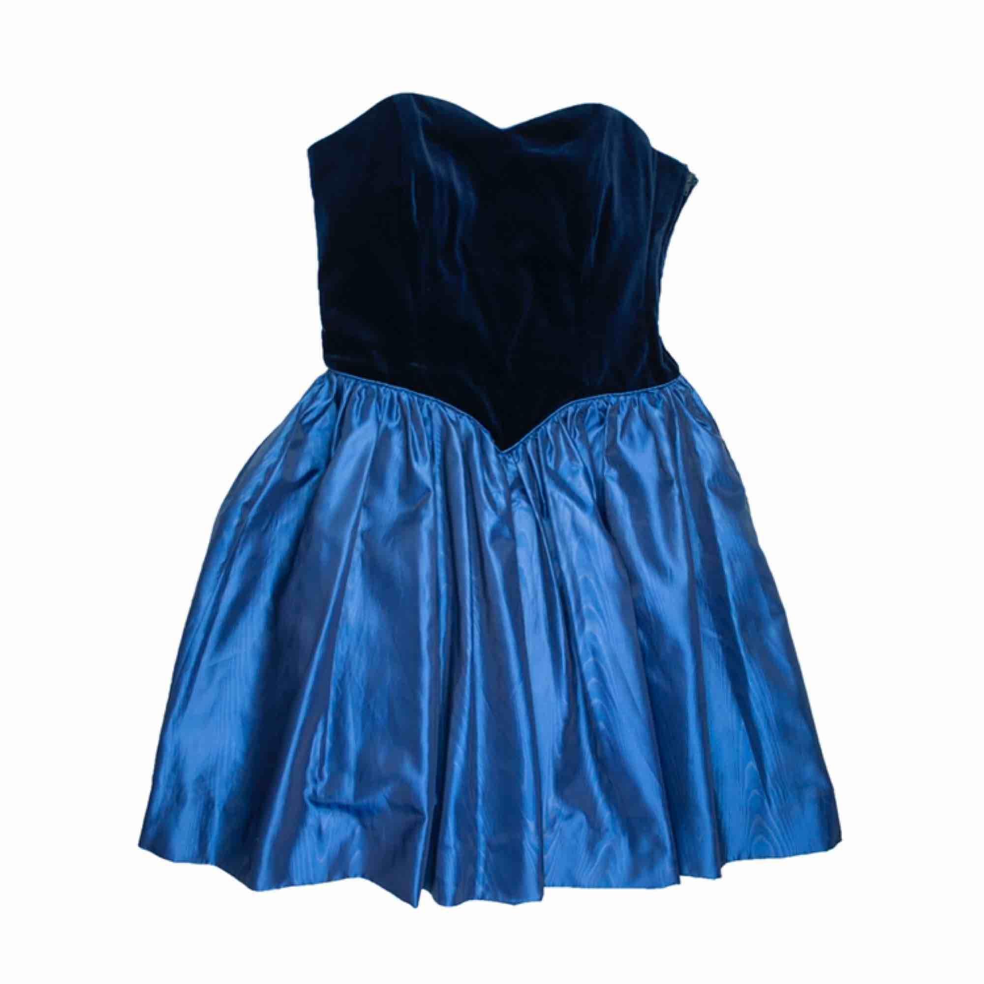 Vintage 80s bustier party dress in blue SIZE Label: EUR 36, fits best XS Model: 165/ XS Measurements (flat):  length: 70 pit to pit: 37 waist: 32 Free shipping! Read the full description at our website majorunit.com No returns. Klänningar.
