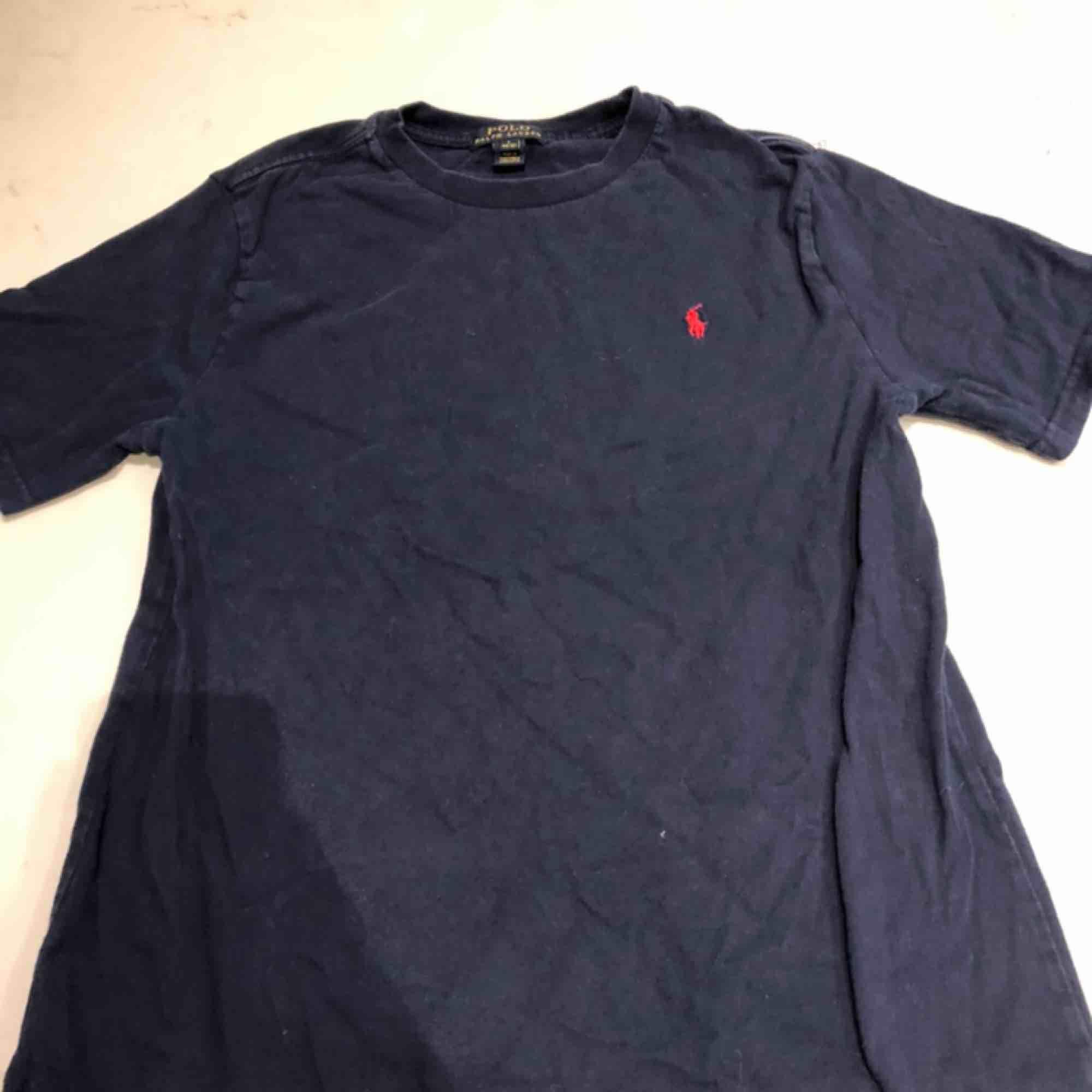 En polo T-shirt, väldigt enkel design med den polo-märket på bröstet. Storlek L för kids så skulle säga S - Xs för äldre. Kunden står för frakten :) . T-shirts.