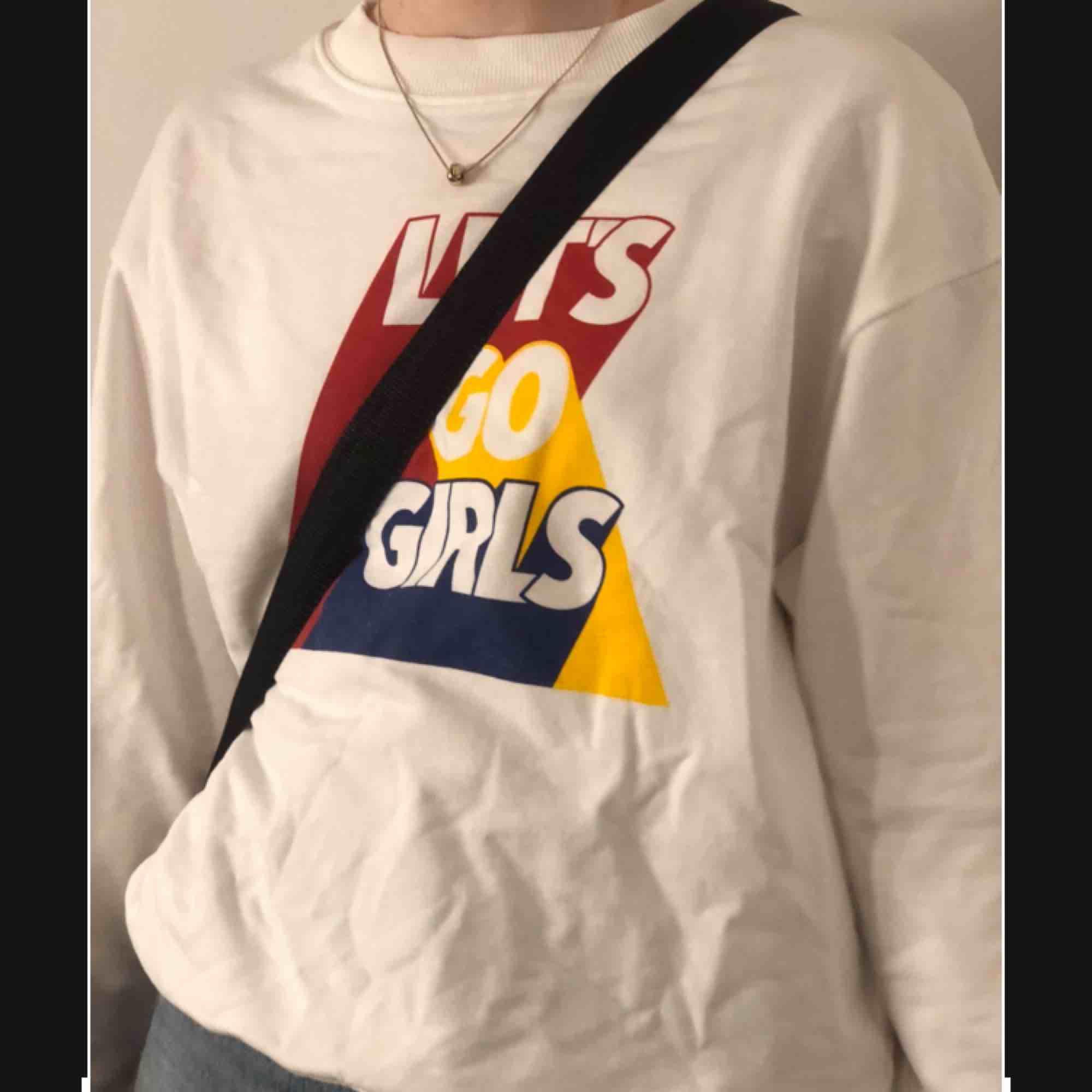 En snygg monki tröja, helt oanvänd och prislappen sitter kvar. Köpte för 200 säljer för 100+ frakt . Tröjor & Koftor.