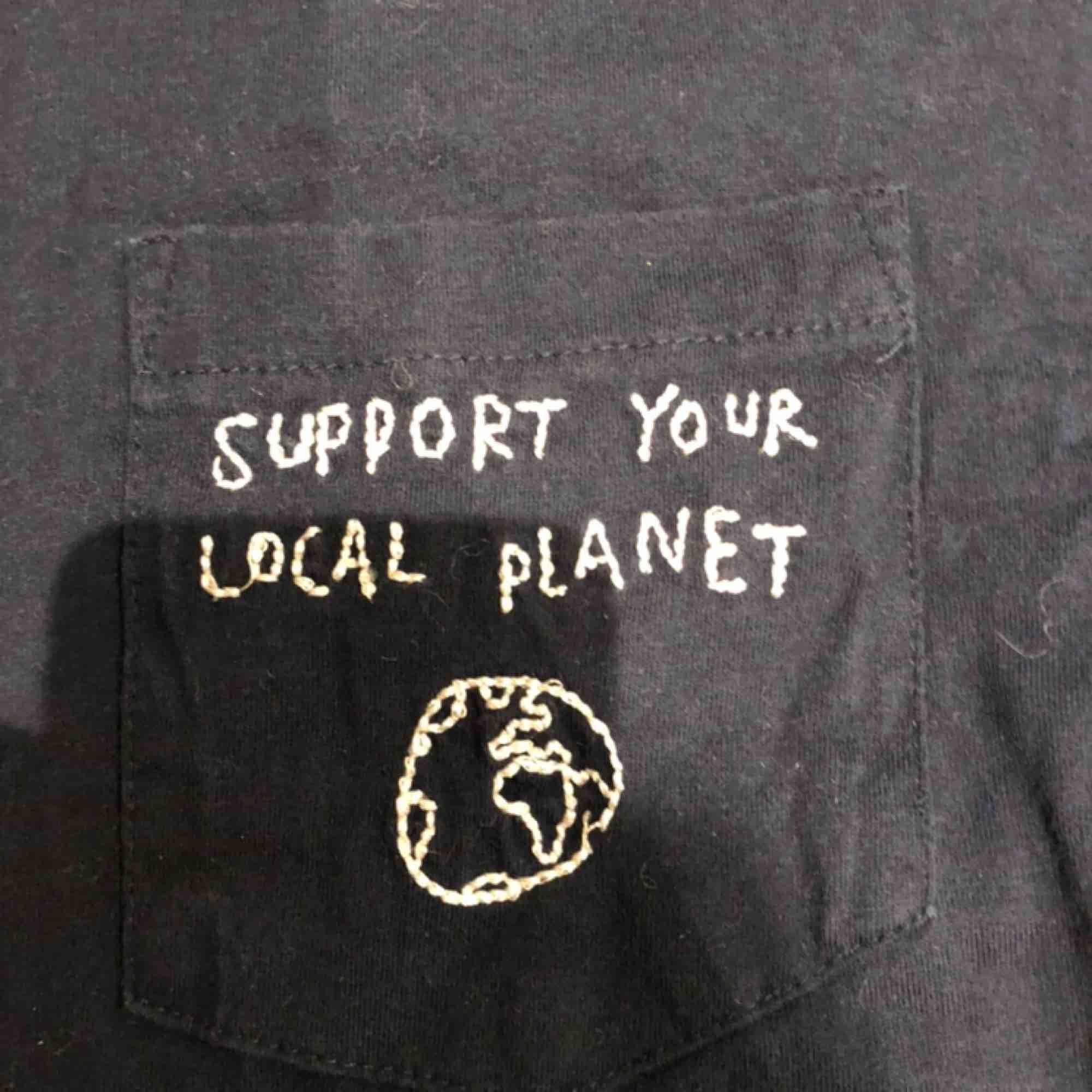 En mörkblå T-shirt köpt från T-shirt store på Götgatan. Storlek Xs men passar s -m. Väldigt bekväm med en härligt budskap på bröstet. Kunden står för frakten :) . T-shirts.