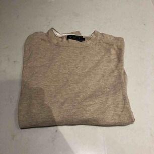 Beige tröja från märket Riley. Köptes från en brothers butik. väldigt snygg med eller utan en skjorta under. Passae Xs,S möjligen m. Kunden står för frakten :)