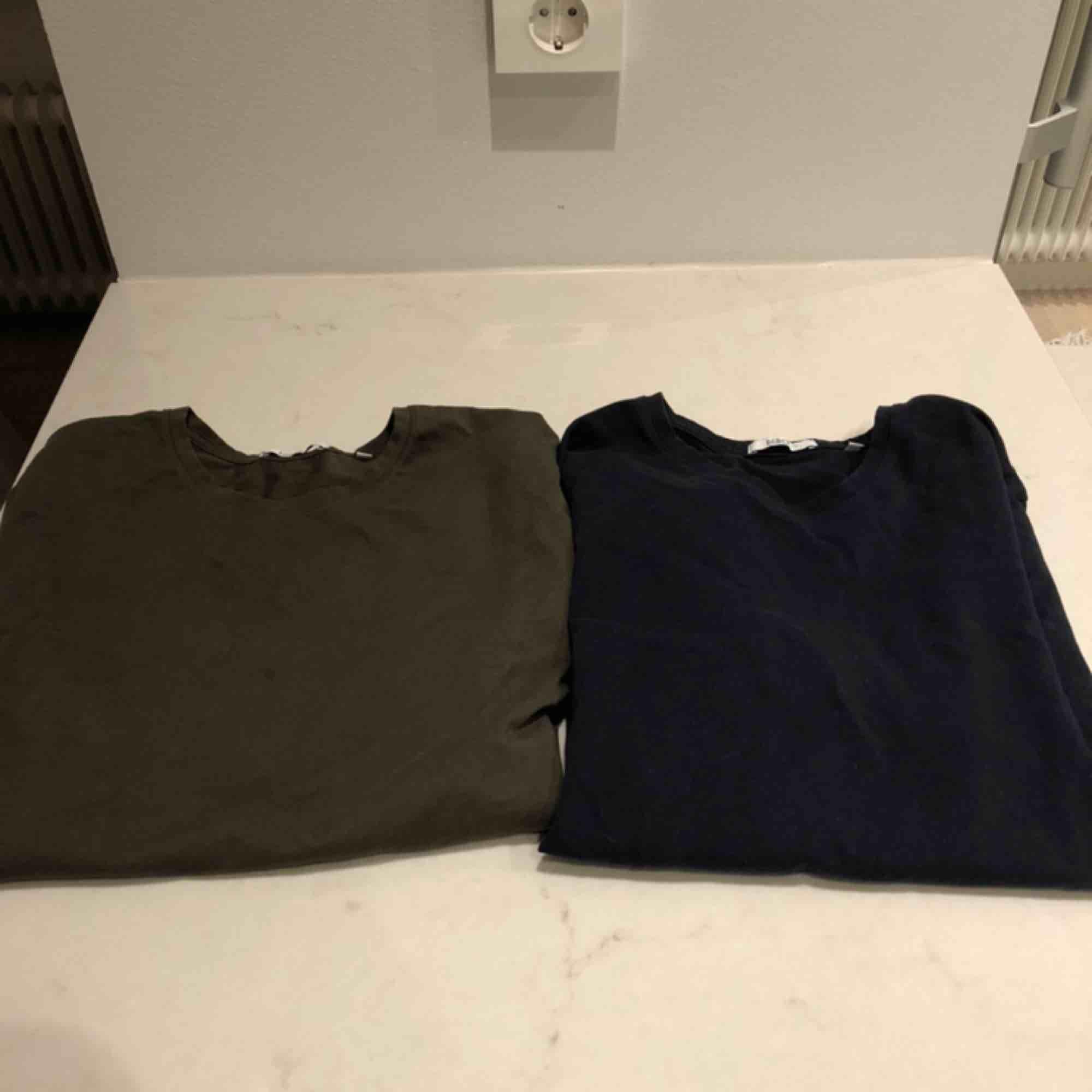 Två stycken Bläck t-shirts. En i grön och en i marinblå. Jävligt skönt material. Passar s - m. Båda för 110 eller en för 70. Kunden står för frakten :) . T-shirts.