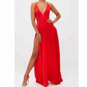 Super fin röd balklänning! Köpt i fel storlek därav säljer jag den. Det är inte mina bilder.  Köparen står för frakten, tar endast swish 💕