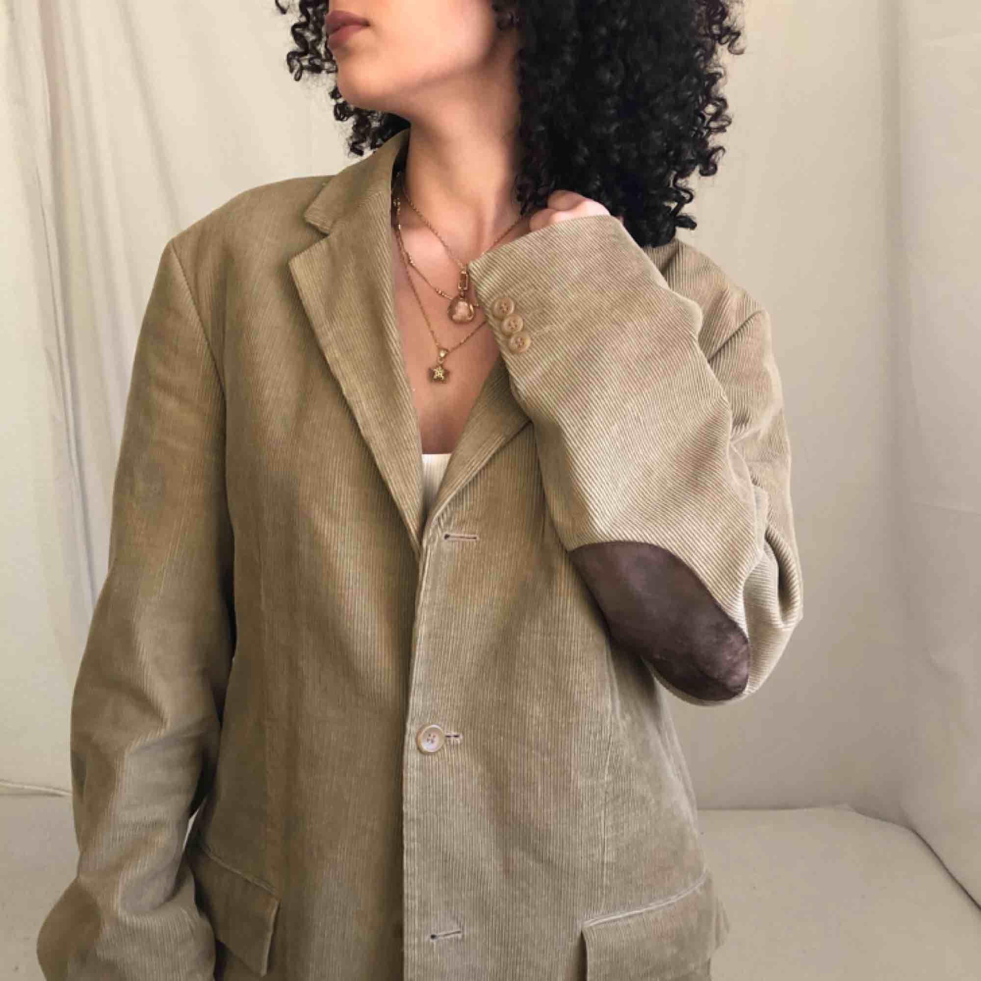 En otroligt charmig vintage blazer i toppskick! Detta är en så vacker pärla som förtjänar extra kärlek 🥺Från Cottonfield ❤️ . Jackor.