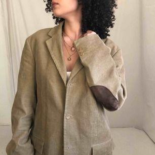 En otroligt charmig vintage blazer i toppskick! Detta är en så vacker pärla som förtjänar extra kärlek 🥺Från Cottonfield ❤️ (intressekoll)