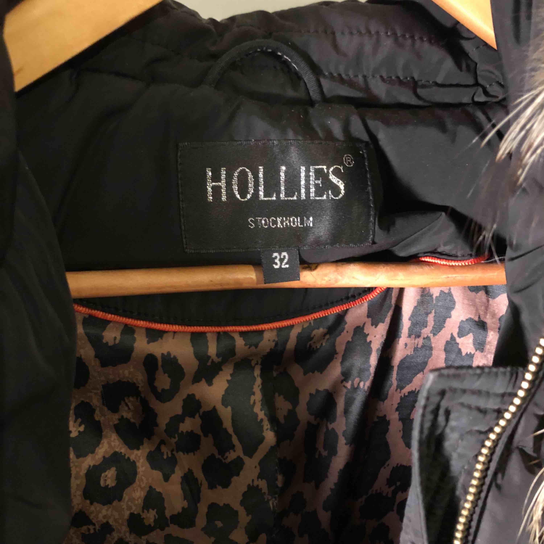 Säljer min Hollies Chatel dunjacka i svart då den inte använts på ett tag.  Stl 32 men skulle säga att den passar 34 också. Köpt för några år sedan för ca 3700kr. Pris kan diskuteras! . Jackor.