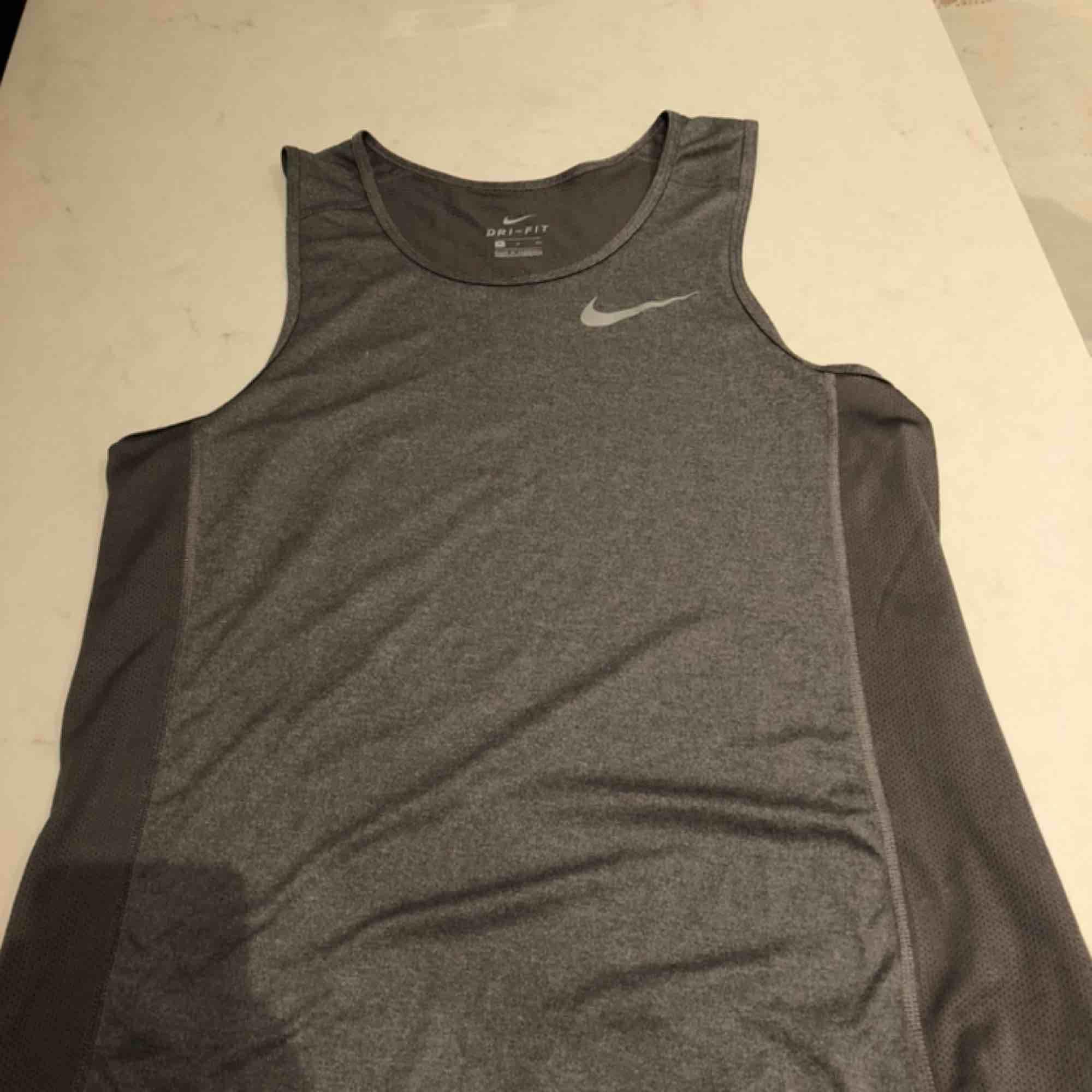 Nike tränings linne. Syntetiskt material så det blir luftigt när man anstränger sig. Passar S - M. Kunden står för frakten :). T-shirts.
