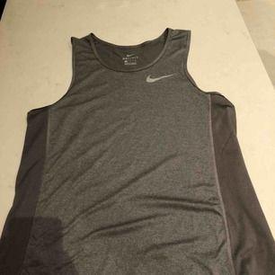 Nike tränings linne. Syntetiskt material så det blir luftigt när man anstränger sig. Passar S - M. Kunden står för frakten :)