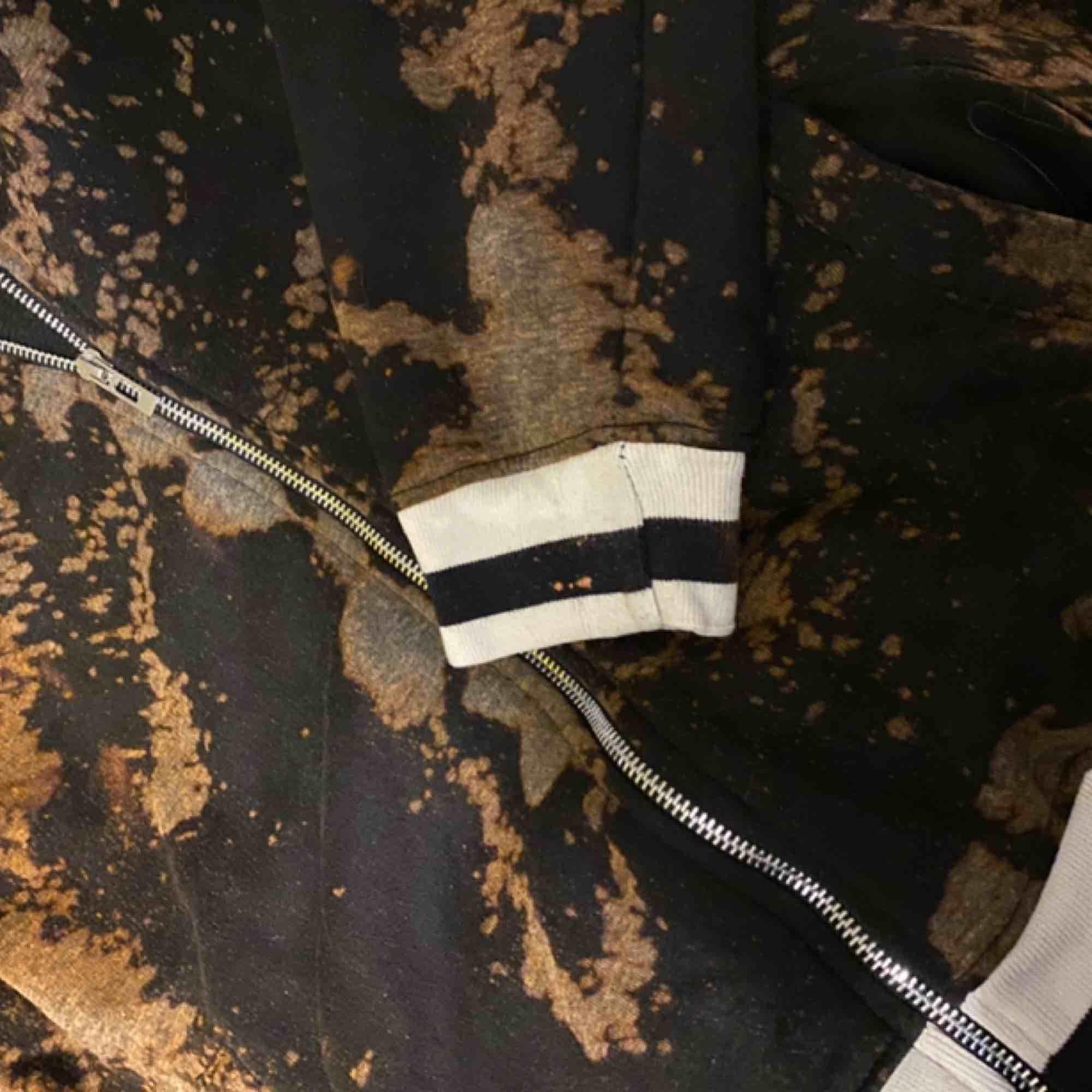 Munkjacka med dragkedja. Färgen på tröjan framhävs inte så bra pga ljuset. Mer bilder kan skickas! . Tröjor & Koftor.
