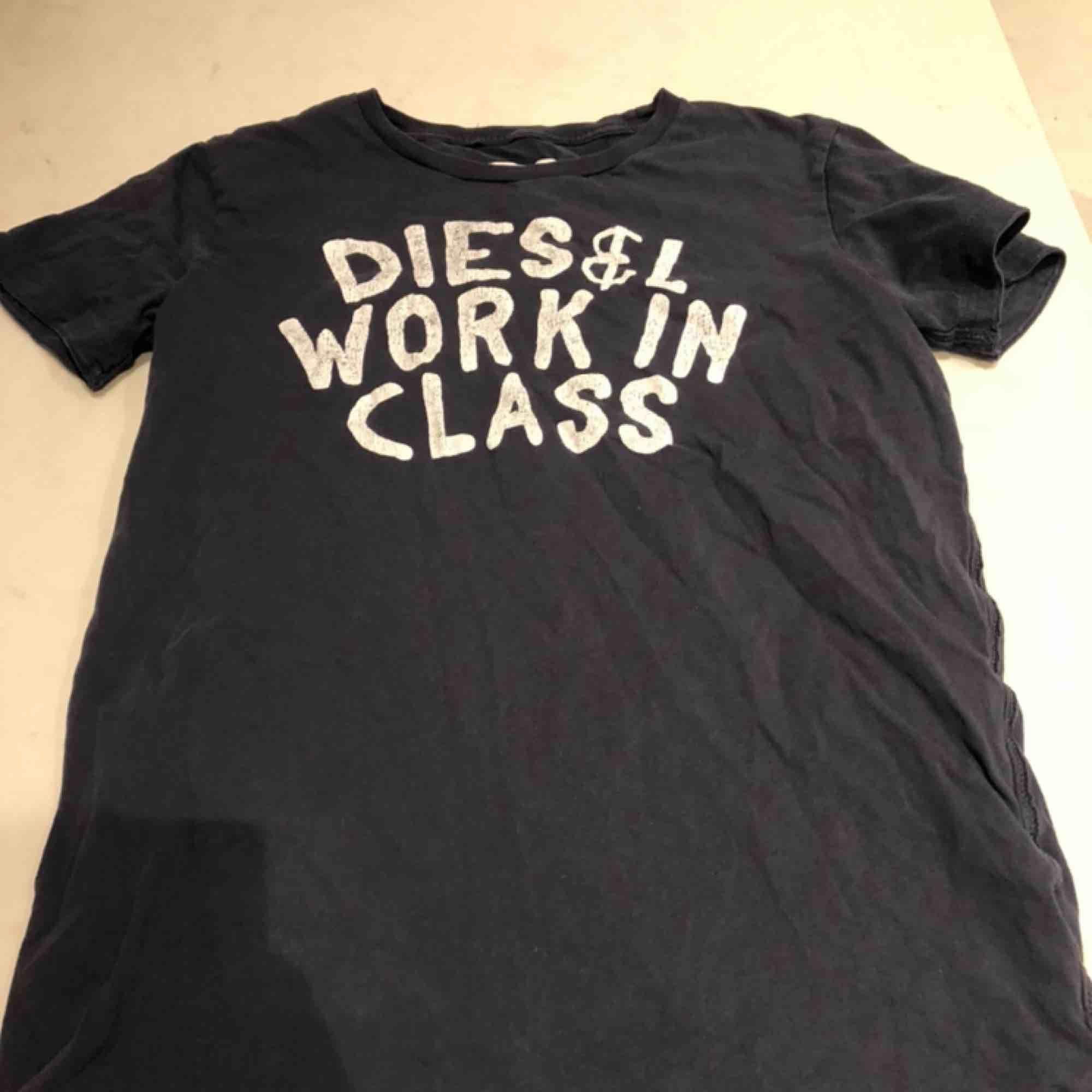 Ett fet disel T-shirt i marinblå. Ganska gammal och vintage men tycker personligen att det är snyggt. Litet hål högst upp vid kragen (se bild tre). Passar s - m. Kunden står för frakten:). T-shirts.