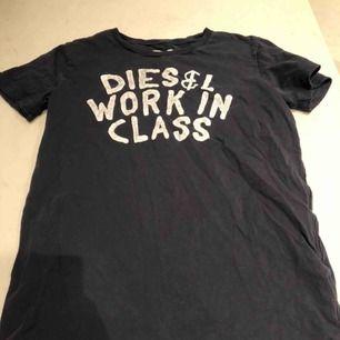 Ett fet disel T-shirt i marinblå. Ganska gammal och vintage men tycker personligen att det är snyggt. Litet hål högst upp vid kragen (se bild tre). Passar s - m. Kunden står för frakten:)