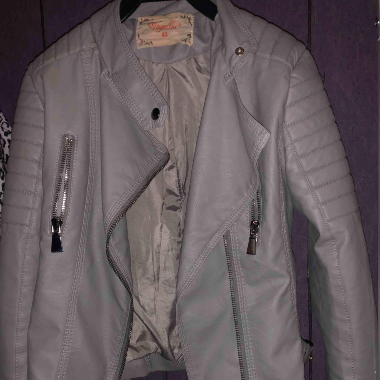 En grå jacka från chiquelle i storlek 40. Frakt tillkommer . Jackor.