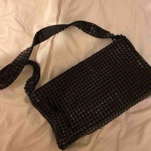 Väldigt cool väska i coolt material. 90-tals väska!