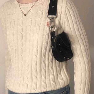 Knappt använd kabelstickad Ralph Lauren tröja. Ordinarie pris 700 kr men säljer den för 400 kr pågrund av använder den inte längre.💕💕