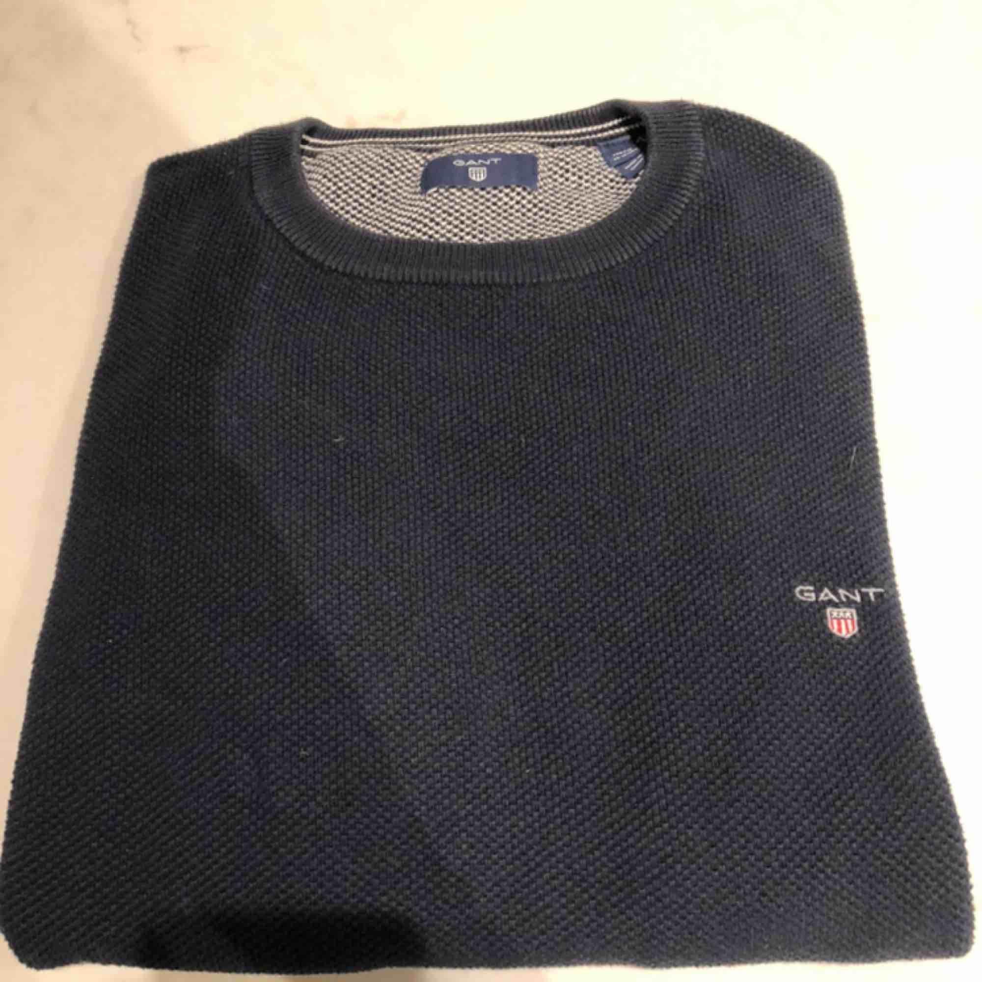 En härligt Gant tröja i mörkblå. Ganska använd men är ändå fräsch. Storleken är L i kids så skulle säga s - m för äldre. Litet hål vid armvecket men inget man riktigt tänker på. Kunden står för frakten :). Tröjor & Koftor.