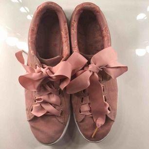 INTRESSEKOLL!! Säljer ett par Puma x Kenza skor. Säljs inte längre. Köpta för ca 2 år sedan på Stadium i Malmö. Nypris 600kr bud börjat på 100kr. Kontakta för fler bilder.
