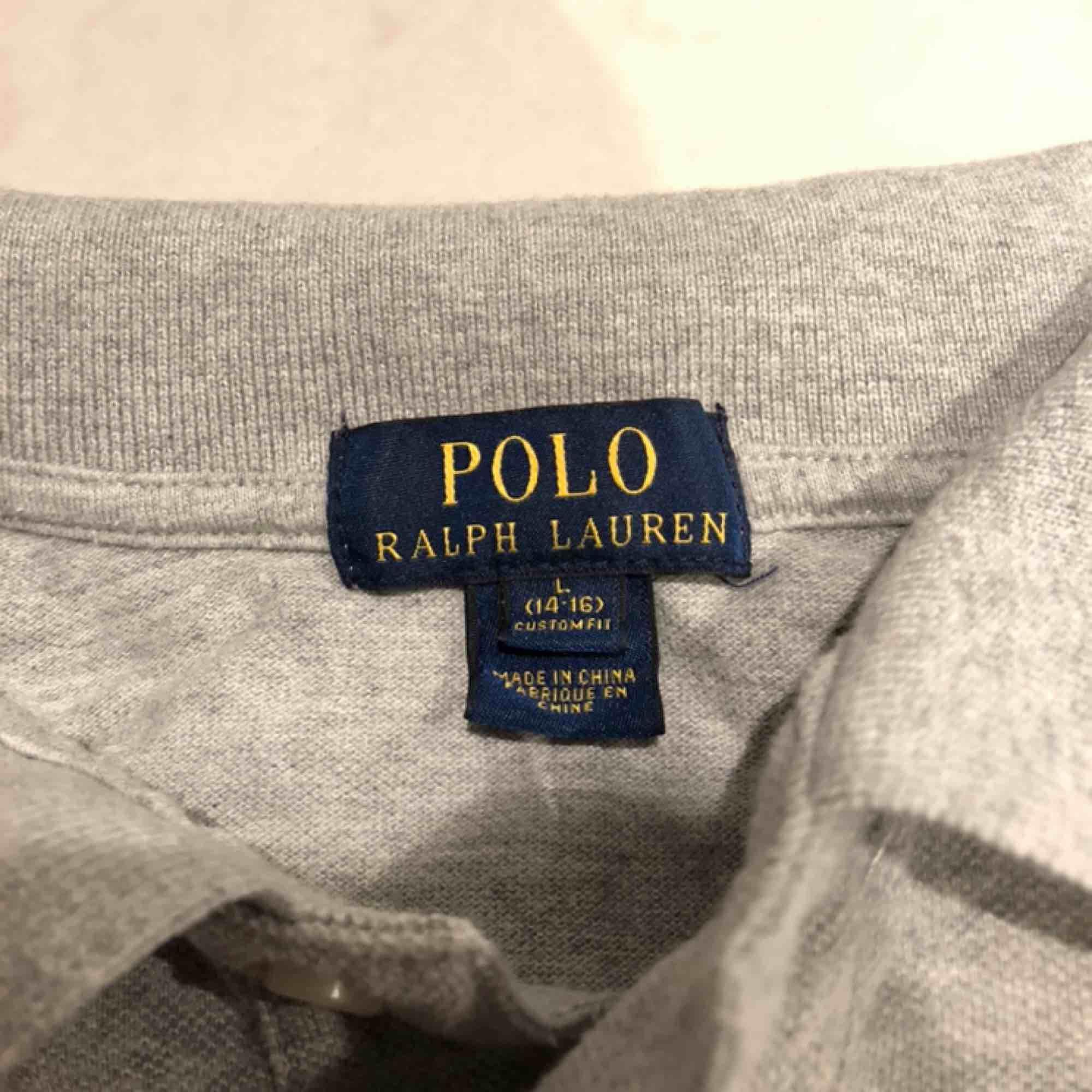 Ralph Lauren tröja med krage. L i kids så skulle säga Xs - S för äldre. Inga hål eller skador. Skönt material. Kunden står för frakten :) . T-shirts.