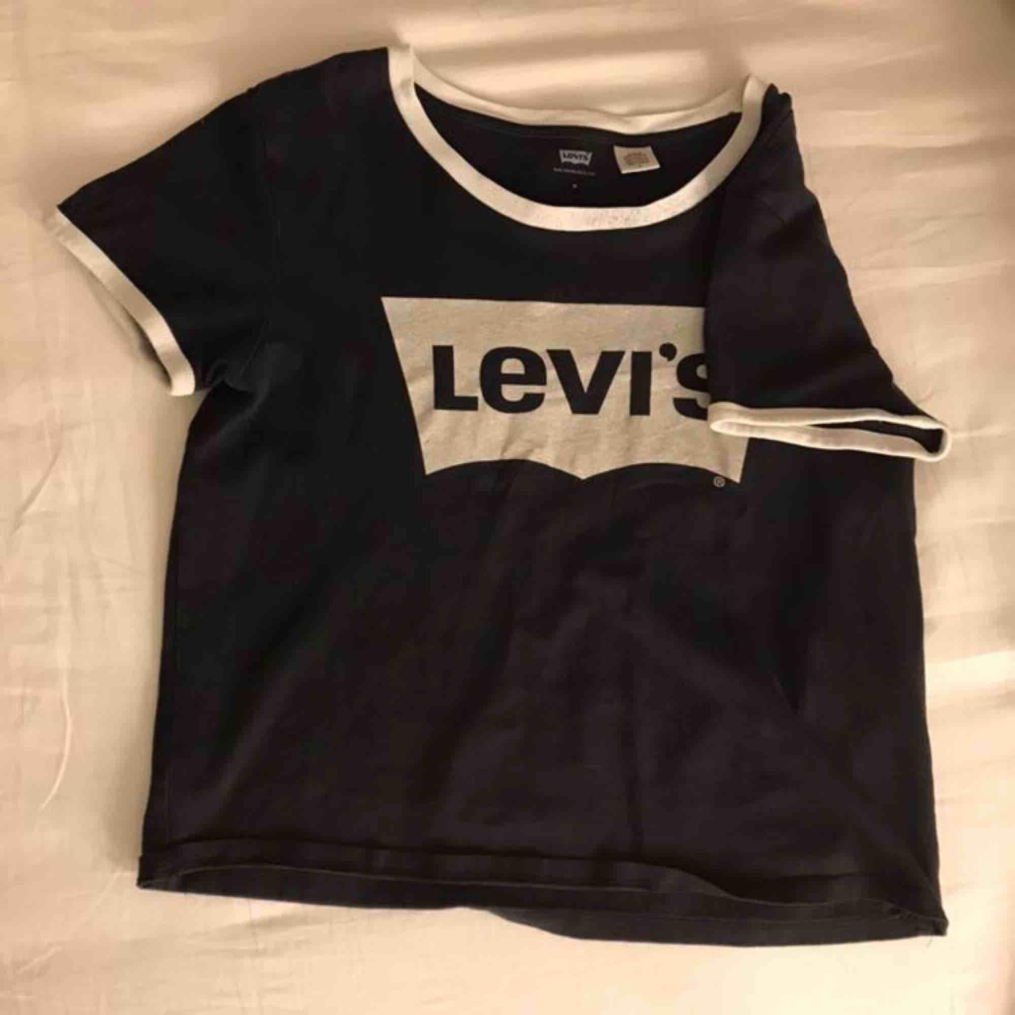 Levis tröja, skulle säga att den sitter som en S . T-shirts.