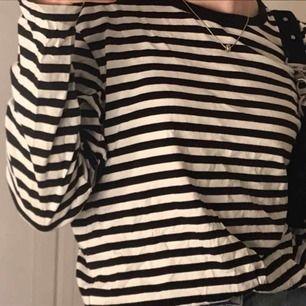 En helt vanlig randig monki tröja. Inte avänt så mycket och i bra skick. Köpte för 100kr för ca 1 år sedan men har inte fått så mycket användning av den. Säljer för 40+ frakt.💕