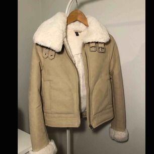 I princip helt oanvänd jacka från H&M med fake mocka och päls. Superfin men passar inte mig längre:/ Stl 34