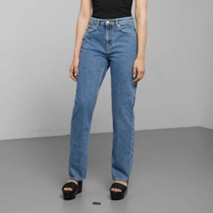 Weekday Voyage Standard jeans i stl W27/L26, nypris 500 kr. Croppad straight fit dad-modell. Vintage mellanblå färg. Frakt 63 kr.