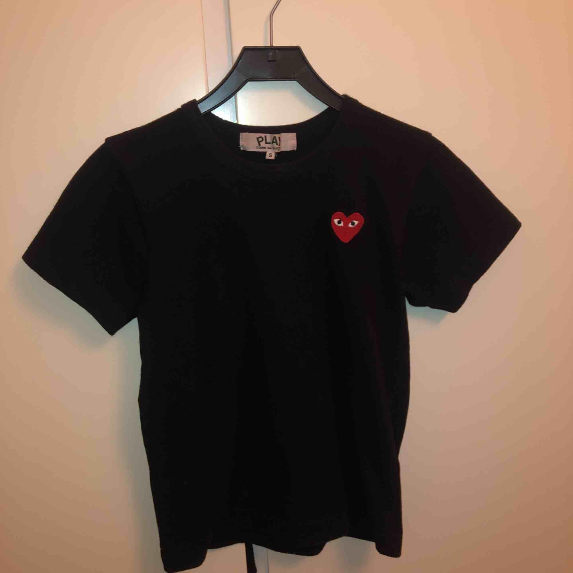 Svart cdg t-shirt strl s men mer som XS . T-shirts.