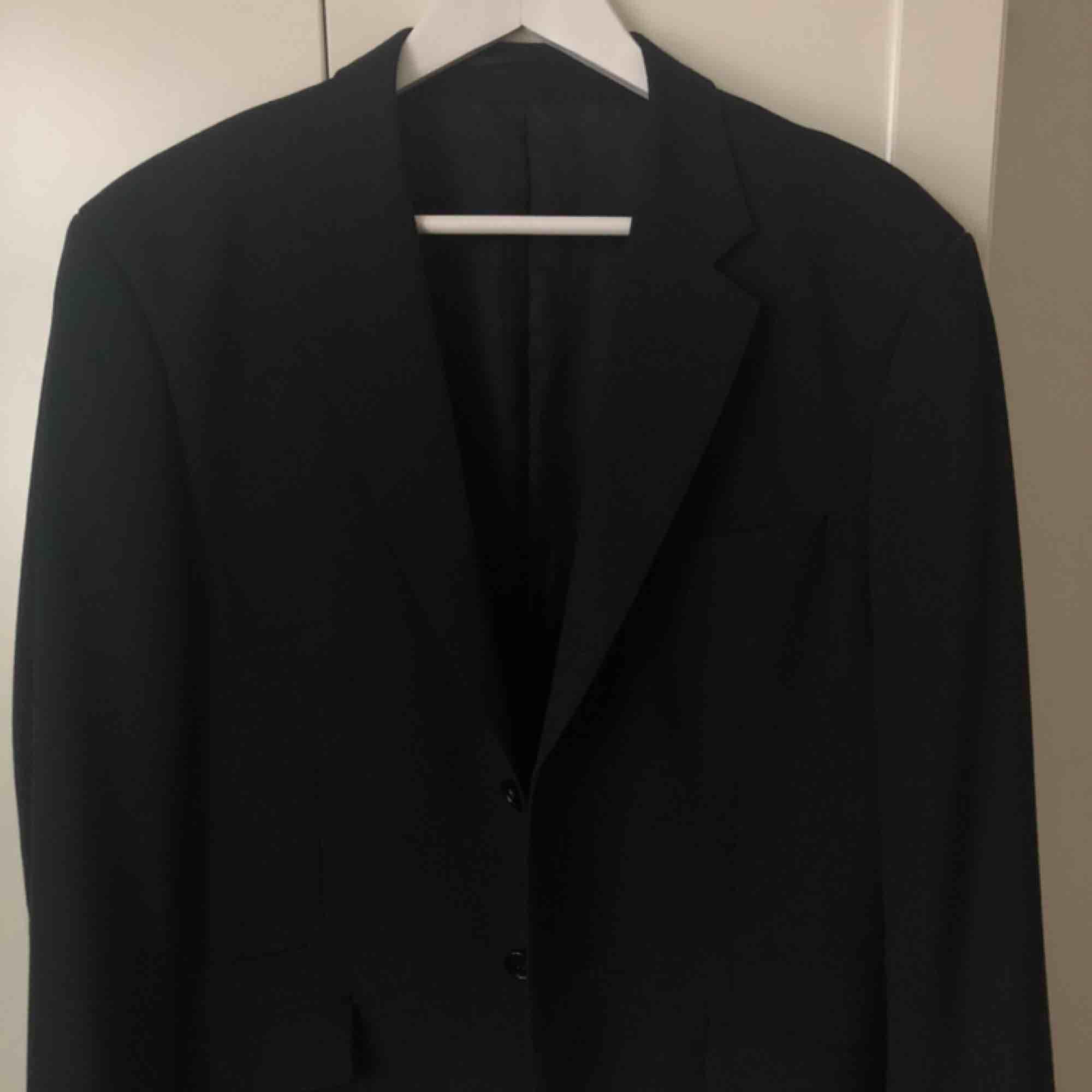 Supersnygg blazer/kavaj 🖤 Köpt second hand och är i perfekt skick. Oversize passform . Kostymer.