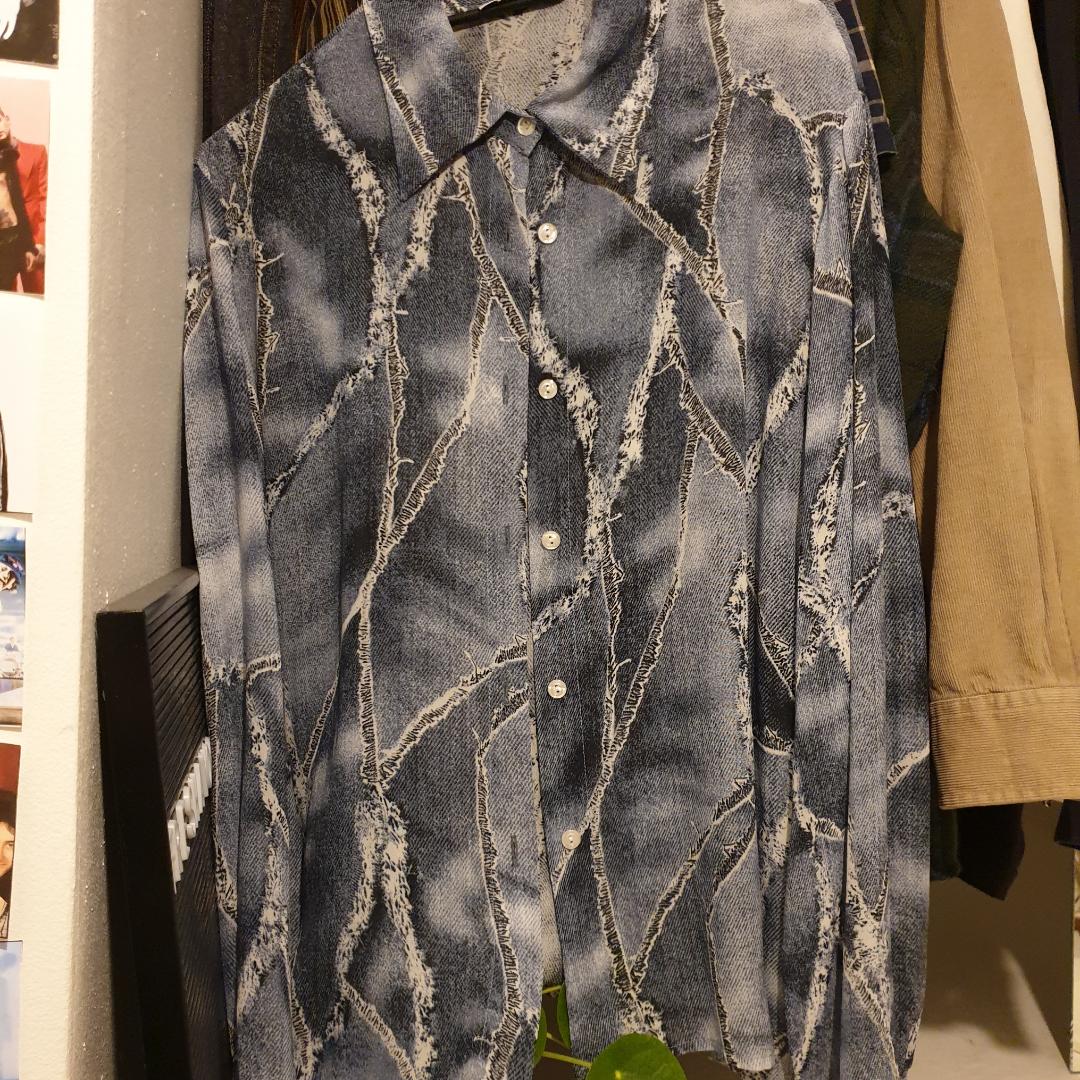 Rikigt snygga skjorta!! One of a kind! Frakt är inkluderat :). Skjortor.
