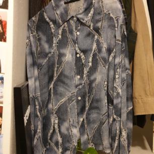 Rikigt snygga skjorta!! One of a kind! Frakt är inkluderat :)