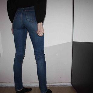 Mörkblå Tiger of Sweden jeans i modellen Kelly. Hödmidjade tighta. Storlek 25/30. Använda ett fåtal gånger.   Frakt kostar 79kr, postnords blåa kuvert.