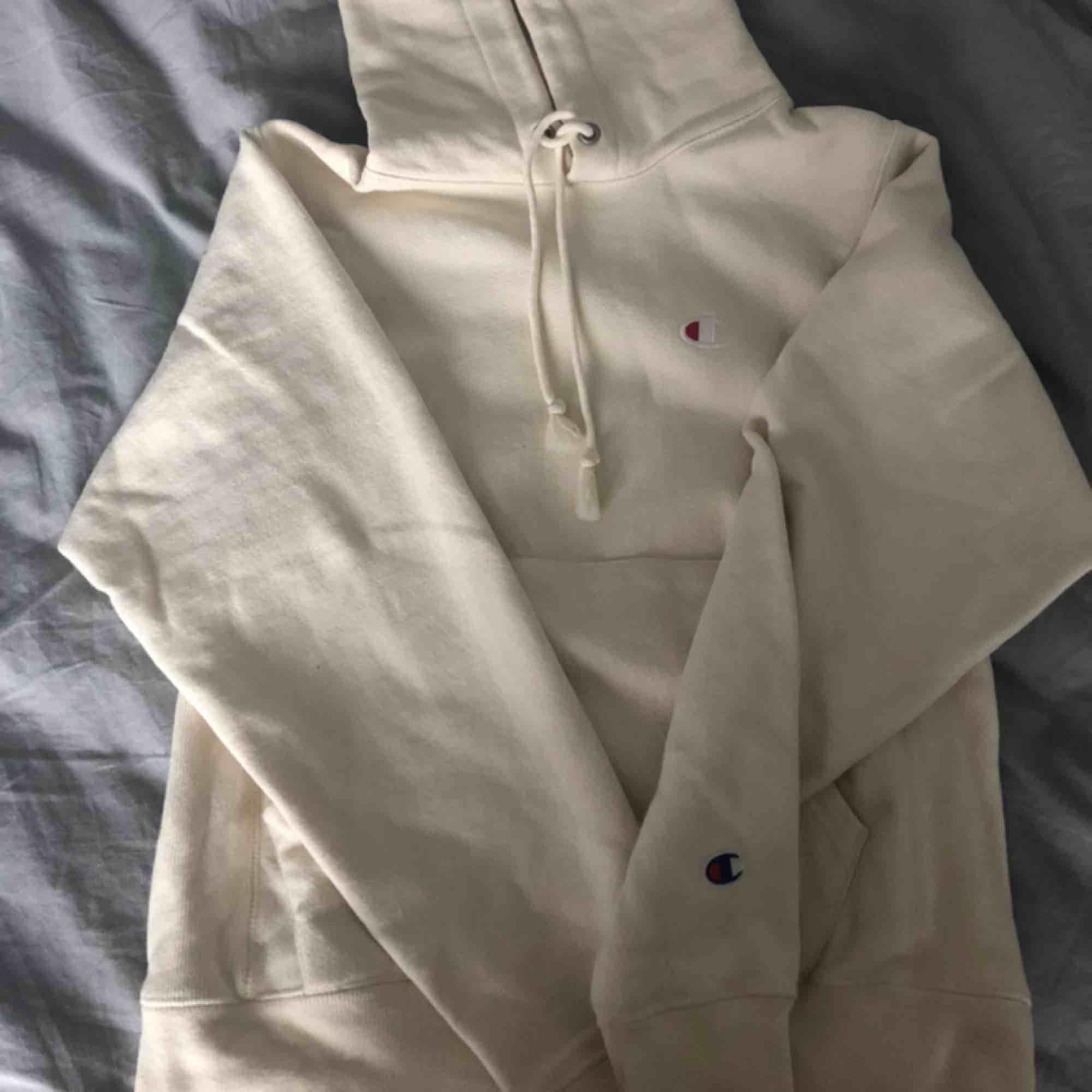 Beige hoodie från Champion i strl xs 💟 aldrig använd pga fel strl. Perfekt skick och så snygg färg . Tröjor & Koftor.