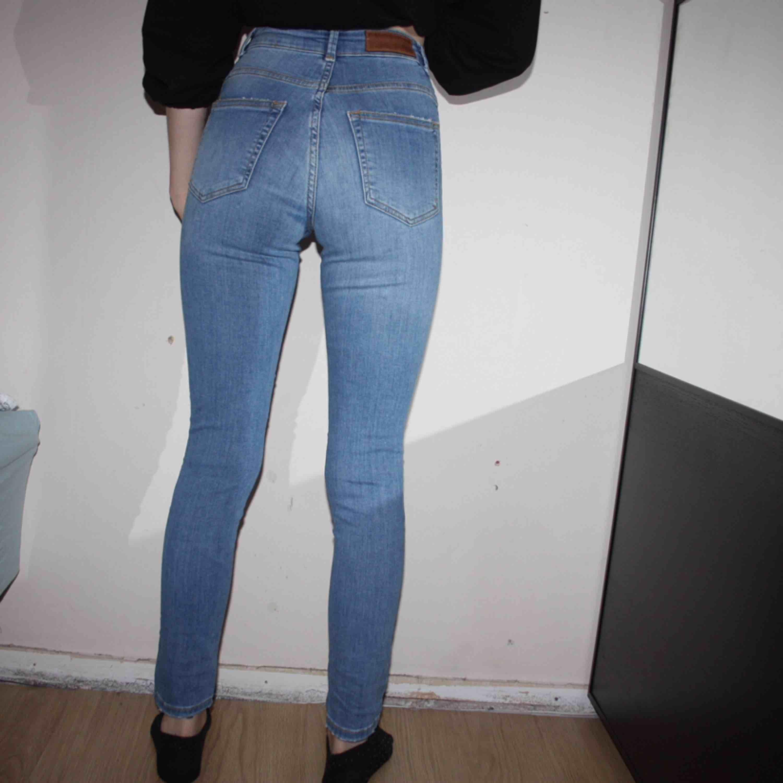 """Higher ankle """"Ella"""" jeans från BIKBOK. Storlek XS. Högmidjade. Endast använd ett fåtal gånger.  Frakt kostar 79kr, postnords blåa kuvert.. Jeans & Byxor."""