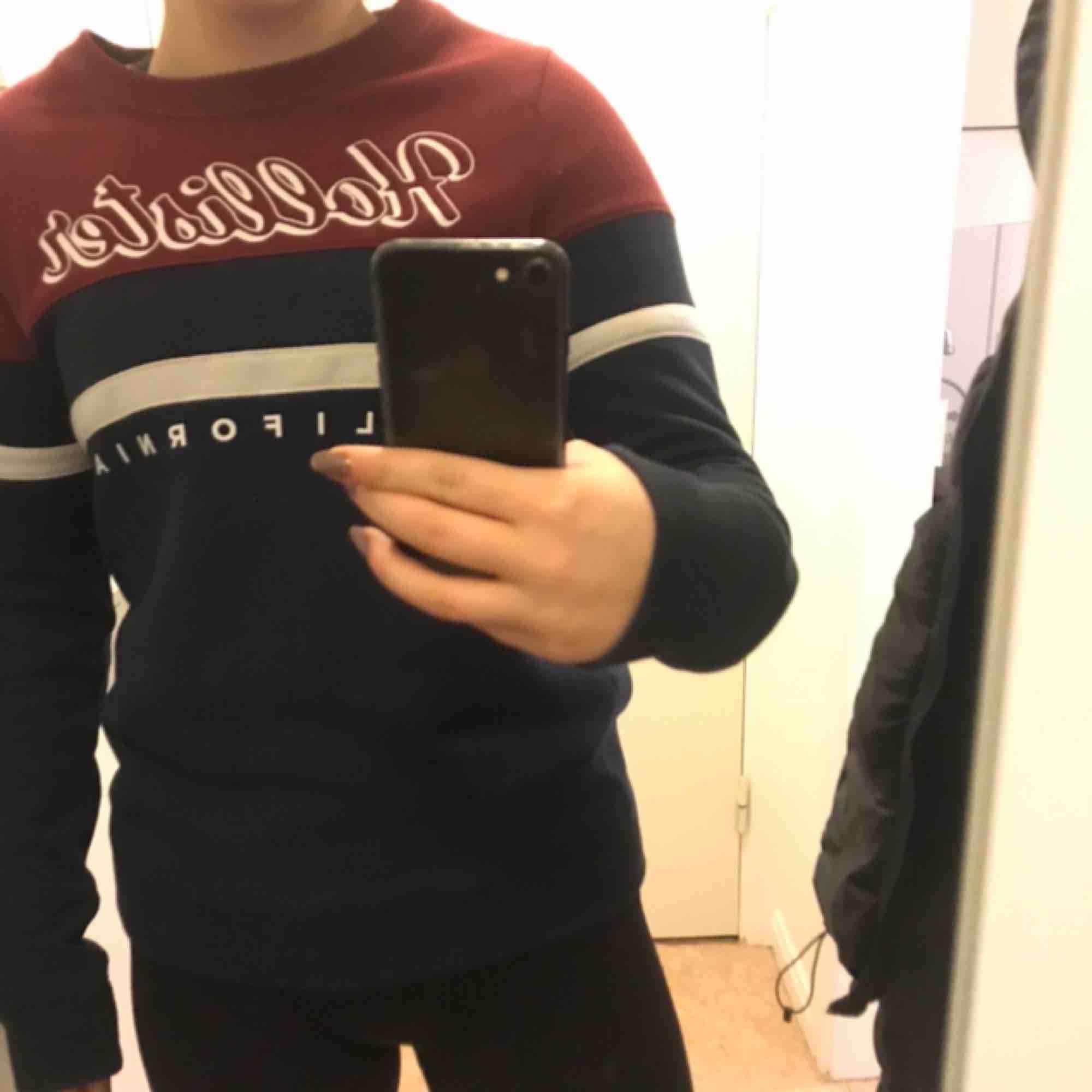 Långärmad sweatshirt från Hollister. ASSKÖNT material!!. Huvtröjor & Träningströjor.