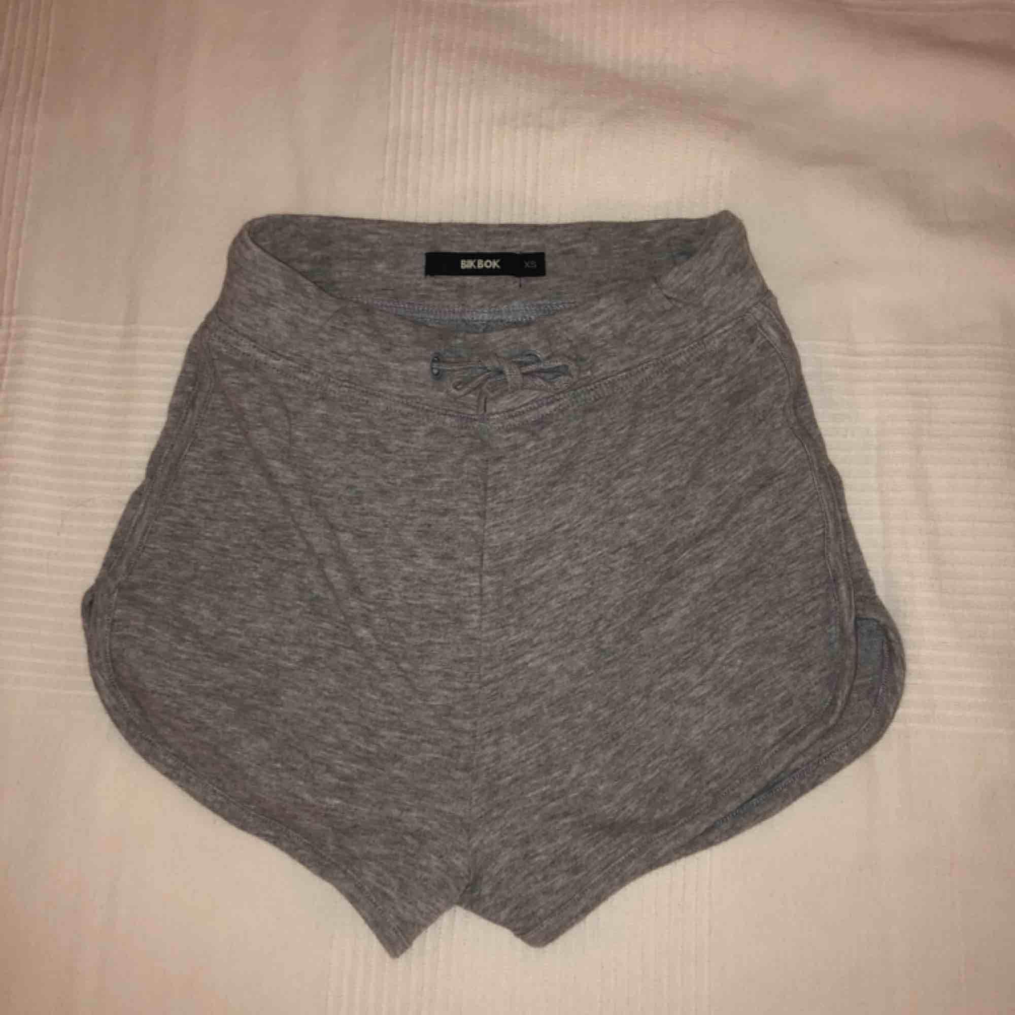 Jättemysiga och bekväma mjukisshorts från BikBok i storleken XS.   De är högmidjade och supersköna!   Skicket är som ett par nya.  Priset: 80kr + frakt. Shorts.