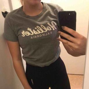 Grå t-tröja från Hollister, storlek S